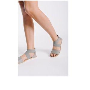 Sorel Ella Sandals Gray Strappy Stretch EUC Sz 9.5